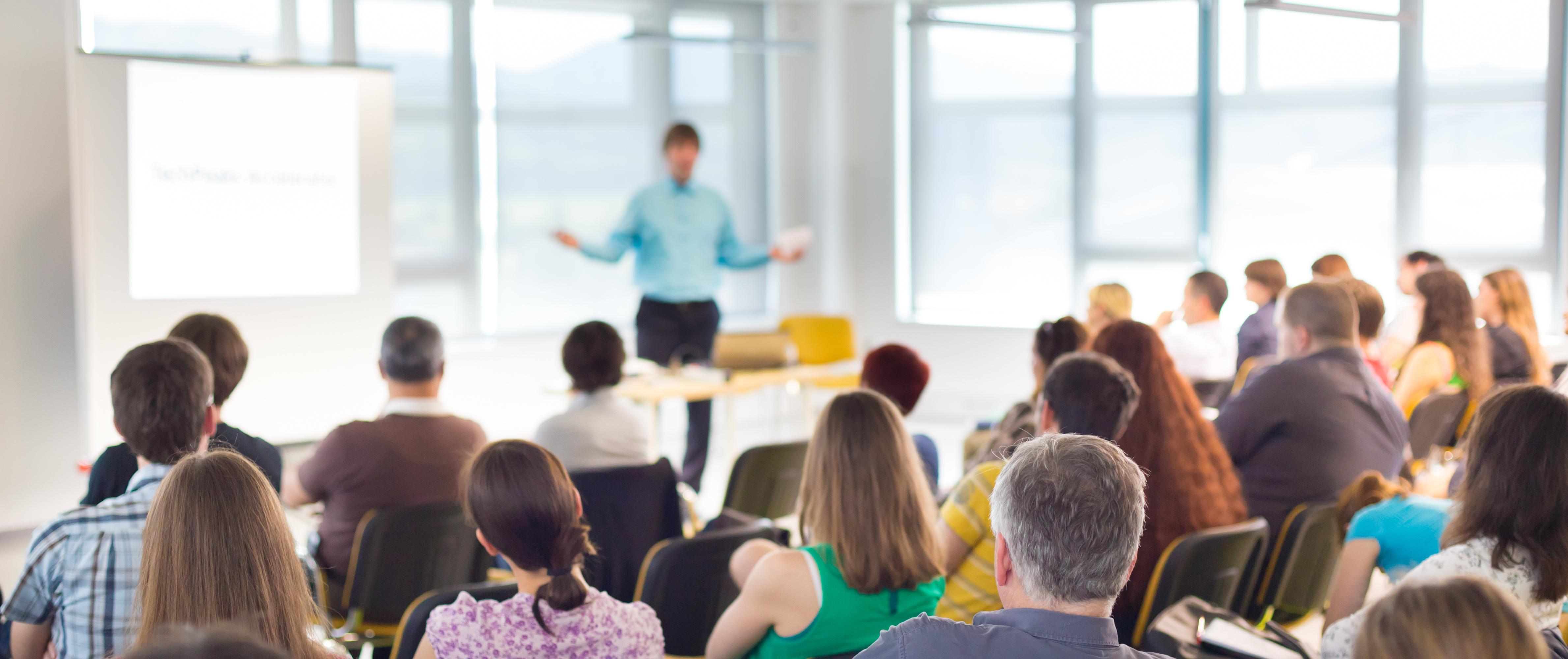 Workshop Redner vor Publikum [symbolbild]
