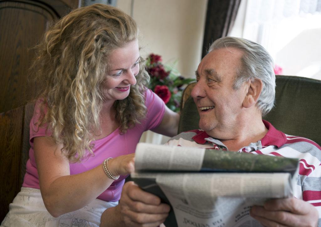 Eine Freiwillige besucht regelmäßig einen leicht dementen Mann. Er lebt immer noch unabhängig, braucht aber Unterstützung, häusliche Pflege und Anleitung.
