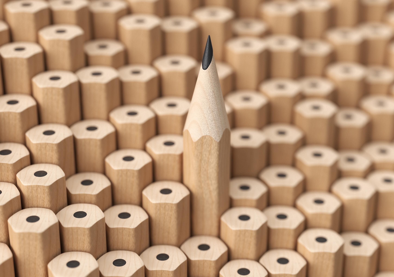 Bleistifte: Ein Gespitzter ragt aus der Menge ungespitzter heraus