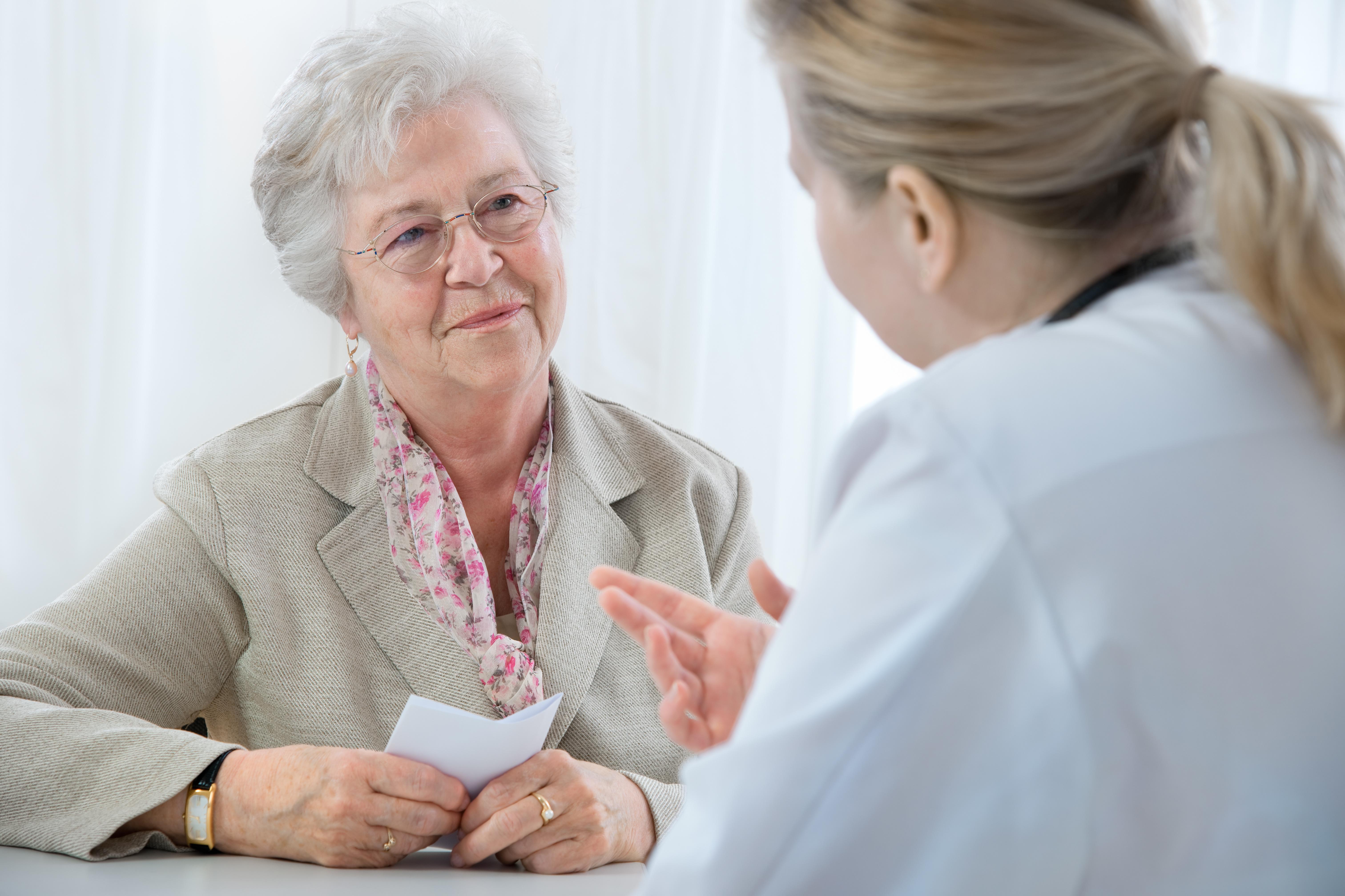 Patientin und Ärztin im diagnostischen Gespräch